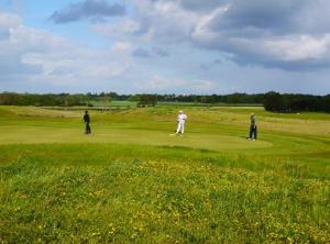 Auf der Hamburger Golfwoche spielen Amateurgolfer um die begehrte Trophäe