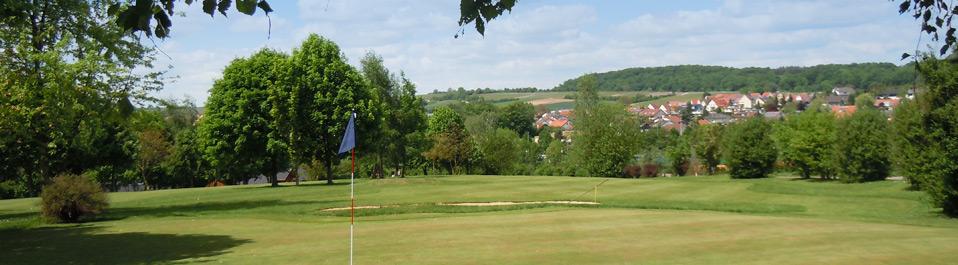 Der Blick vom Grün auf die Golfanlage Pfullinger Hof