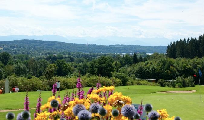 Die Golfanlage Gut Rieden bietet ein außergewöhnliches Panorama. (Foto: Golfanlage Gut Rieden)