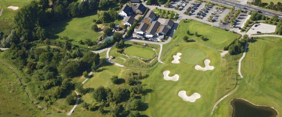 Blick auf das Clubhaus des Golfclubs Hösel