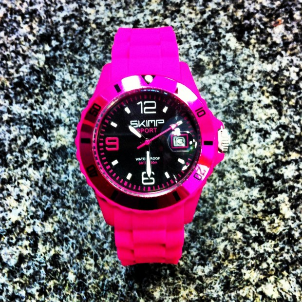 Eine tolle SKIMP Uhr in Pink (Foto: Golf Post)