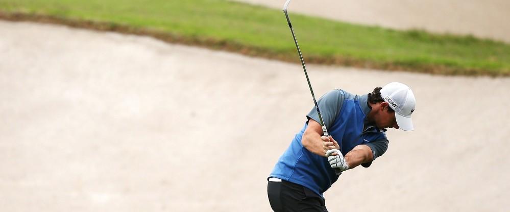Rory McIlroy spielt sich am zweiten Tag der Australian Open als Rundenbester an den Führenden Adam Scott heran.