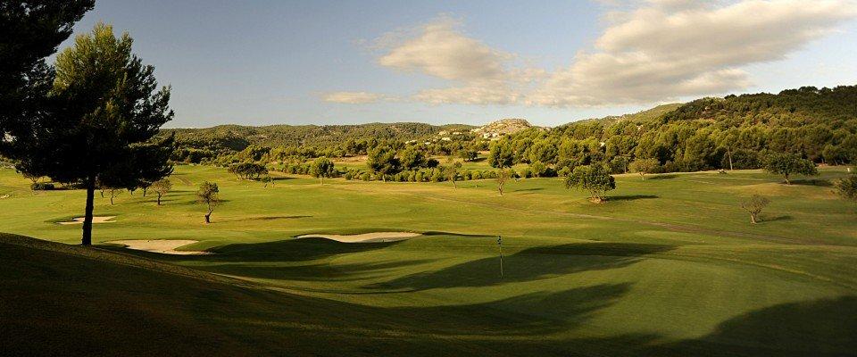 Sattes Grün in atemberaubender Landschaft - Son Quint Golf. (Foto: Flickr)