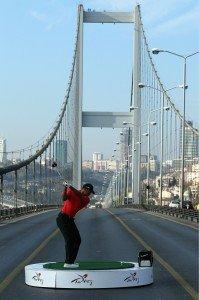 """Tiger Woods bei einer PR-Aktion auf der Bosporus-Brücke in Istanbul. Eine """"schlagende Verbindung"""" zwischen Asien und Europa"""