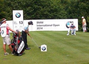 """Rumford, Lynn und Coetzee beim """"Driver-""""Tipp-Kick"""" während der BMW International Open."""