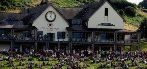 Zuschauer schauen die ISPS Handa Wales Open 2013  vor dem Clubhaus des Celtic Manor Resorts an. (Foto: Getty)