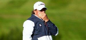 Irgendwann konnte Phil Mickelson nur noch die Hände vors Gesicht schlagen. Die Ryder Cup Niederlage traf ihn besonders hart. Seinen Frust ließ er an Tom Watson aus. (Foto: Getty)