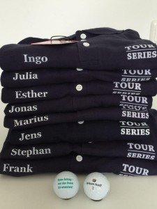 Tour Series stellt für den Saisonabschluss einheitliche Shirts zur Verfügung. Diese bekamen noch den Namensaufdruck der Golf-Post-Team-Spieler.