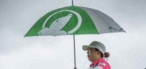 Auch Shanshan Feng musste bei der verregneten Blue Bay LPGA nichts anderes übrig, als Schutz unter einem Schirm zu suchen. (Foto: Getty)
