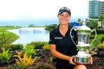 Lee-Anne Pace präsentiert stolz ihre erste Trophäe auf der LPGA Tour bei der Blue Bay LPGA. (Foto: Getty)