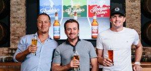 Beim Anstoßen auf ein neues Unternehmen. Jacobson, McDowell und Bradley mit ihrer Bieridee. (Foto: Facebook/GolfBeer)