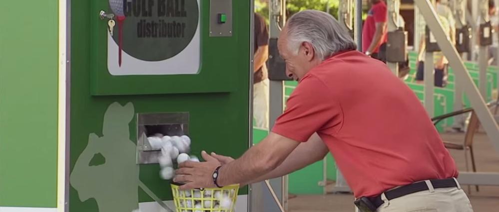 Ein fieser Streich mit dem Ballautomaten - aber sehr amüsant, wenn die versteckte Kamera an ist! (Foto: Youtube)