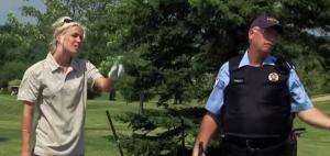 Die Polizei dein Freund und Helfer - und Schwungtrainer? (Foto: Youtube)
