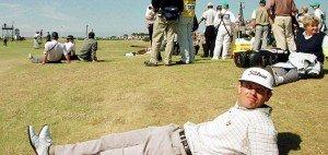 Andrew Coltart an Loch 5 während er aufgrund von Slow Play warten muss, 2000, British Open Golf Championships (Foto: Getty)