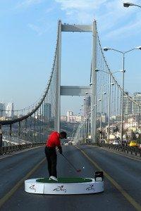 Tiger Woods schlägt 2013 vor der Turkish Airlines Open einen Ball auf der Bosporus-Brücke von Asien nach Europa.