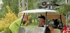 Verstehen Sie Spaß: Golfcart mit Lautsprecher auf dem Dach. (Foto: Youtube/Screenshot)