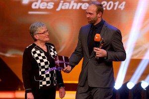 Sportler des Jahres 2014 - das Beste war wohl noch, dass Harting den Preis von seiner Oma überreicht bekam. (Foto: Getty)