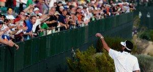 Aus und vorbei! - Am legendären 16. Loch der Phoenix Open dürfen keine Gegenstände mehr ins Publikum geworfen werden. Bubba Watson wird dann wohl auf seinen Fangeschenken sitzen bleiben. (Foto: Getty)