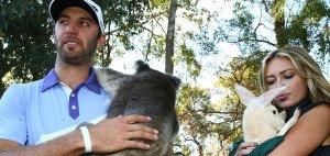 Hier halten Dustin Johnson und Paulina Gretzky noch einen Koala und ein Känguru in den Armen. Seit Montag wiegt das Paar jedoch sicherlich nur noch den eigenen Sohn in den Schlaf. (Foto: Getty)