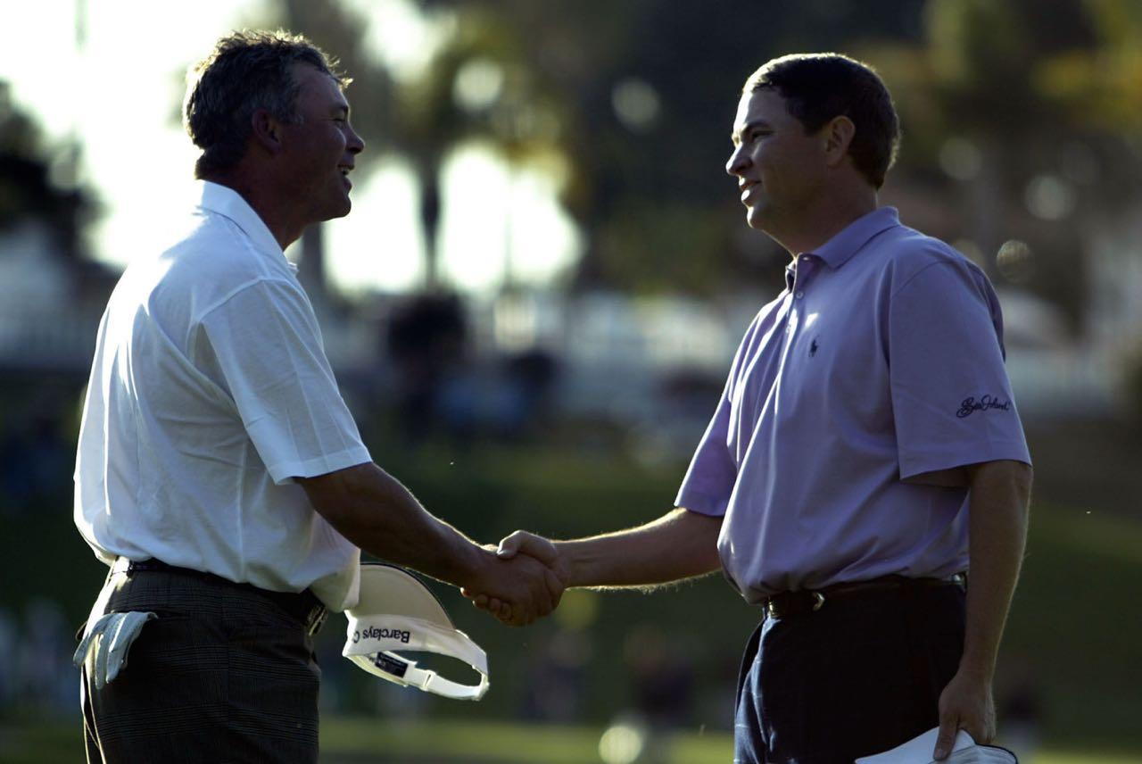 Davis Love III (re.) schüttelt die Hand von Darren Clarke bei der WGC Accenture Match Play Championship in Kalifornien 2004. Das Match hat übrigens Davis Love III für sich entschieden - am 21. Loch. (Foto: Getty Images)