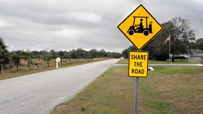 Golfcarts sind in Florida auf den Straßen in der Regel nicht erlaubt. Weil es trotzdem soviele davon gibt, gibt's auch Schilder dazu. Zum Vergleich: Für Fußgänger hat man sich die Mühe nicht gemacht. (Foto: Peter Barker / flickr)