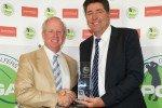 "Als ""Teacher of the Year"" bekommt der Amerikaner Ted Long den PGA Awards 2014von PGA Präsident Stefan Qurimbach überreicht. (Foto: PGA of Germany)"