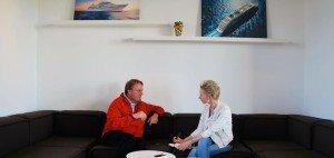 """Guido Tillmanns (li.) im Interview mit Golf Post: """"Auf einer Kreuzfahrt entdeckt man soviel wie bei keiner anderen Art zu reisen."""" (Foto: Golf Post)"""