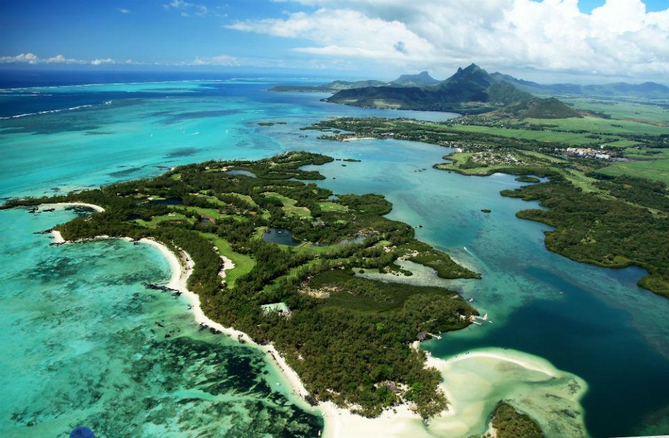 Der Le Touessrok Golfplatz schlängelt sich seinen Weg rund um die Ile aux Cerfs. Eine kleine Insel, die direkt an der Trou d´Eau Douce liegt, der größten Lagune Mauritius.