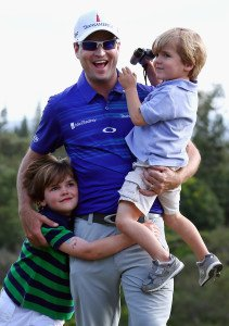 Zach Johnson 2014 mit seinen Söhnen Will (l.) and Wyatt (r.).