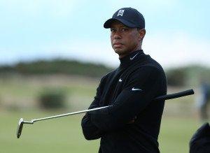 Tiger Woods blickt während der zweiten Runde der Open Championship ratlos in die Ferne (Foto: Getty)