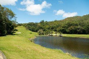 Der einzige Golfplatz auf den Seychellen: Auf den ersten zwölf Löchern ist eine Menge Wasser im Spiel, dann steigt das Layout stramm bergan. (Foto: flickr)