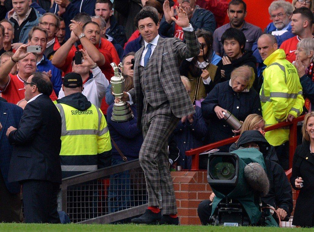 Rory McIlroy zeigt sich 2014 mit dem Claret Jug bei einem Heimspiel von Manchester United im Old Trafford.