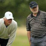 Zwei Golfer beim Lesen der Puttlinie.