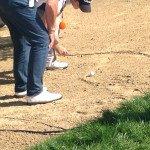 Eddie Pepperell betrachtet die neue Lage seines Balles, nachdem er zuvor ein Kabel entfernt hatte. (Foto: Golf Post)