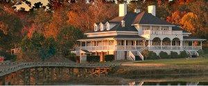 Der Indian Summer legt seine Farben über das Clubhaus am Ufer des Savannah.(Foto: www.rivergolfclub.com)