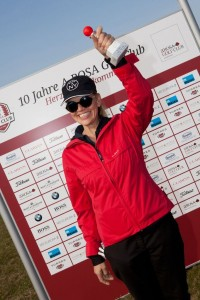 Erster Abschlag: Anna Loos mit dem Ball, den sie vor zehn Jahren zur Clubgründung abgefeuert hatte. (Foto: A-Rosa Golf Club.)