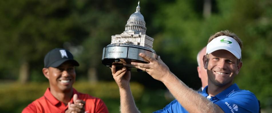 Billy Hurley III mit der Tropähe des Quicken Loans National und Schirmherr Tiger Woods. (Foto: Getty)