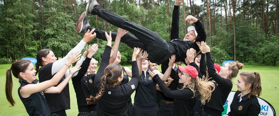Hoch soll er fliegen: Die Reichswalder Damen feierten den Tagessieg ausgelassen mit ihrem Coach Marcus Lindner. (Foto: Stefan Heigl)