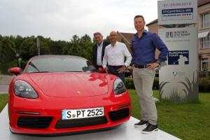 Claus Kobold, Oliver Eidam und Dominik Senn mit dem neuen Porsche 718 Boxster S. (Foto: Porsche European Open)