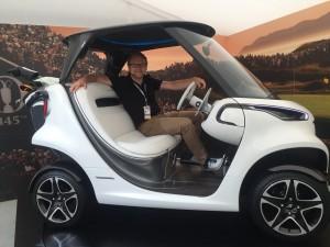 Golf Post CEO Matthias Gräf hat schon einmal Platz genommen im neuen Mercedes-Benz Golf Car. (Foto: Golf Post)