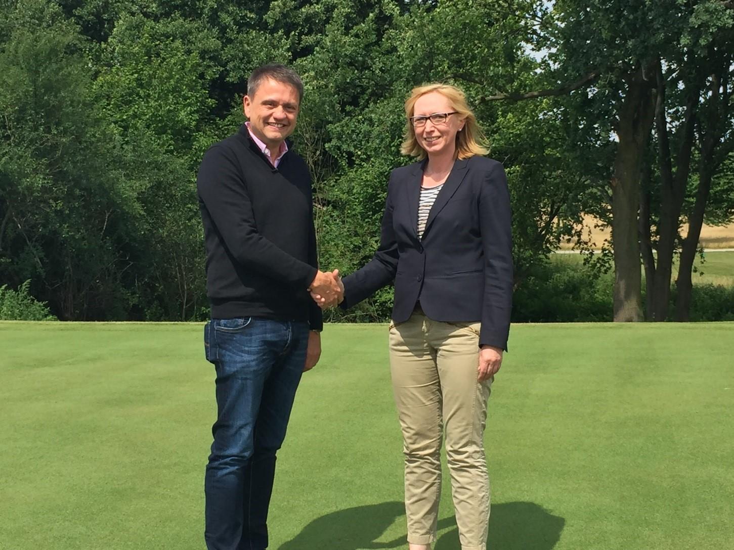 Mario Lehmann vom Privaten Internatsgymnasium Schloss Torgelow und Clubmanagerin Nicole David besiegeln die Kooperation per Handschlag.