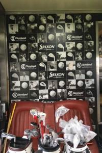Fabian Bünker wagt einen Blick in das Heiligtum von Srixon - der Tour Truck
