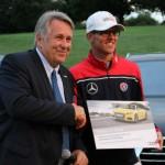 DGV Präsident Claus Kobold überreicht Jeremy Paul den Hole-in-One-Preis. (Foto: Golf Post)