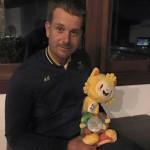 """Henrik Stenson mit Maskottchen """"Vinicious"""" und der Silbermedaille. (Foto: Facebook.com/Henrik Stenson)"""