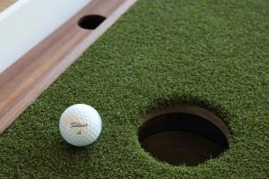 Zwei Ballrücklaufkanäle weist das 4ProGo Putting Green auf. (Foto: Golf Post)