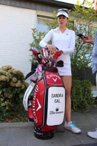 Vor dem Clubhaus des GC Hubbelrath trafen wir Sandra Gal zu einem Blick ins Bag. (Foto: Golf Post)