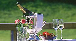 Ein Champagnerfrühstück vor der Runde auf dem Platz? (Foto: Romantikhotel Lech Zürs)