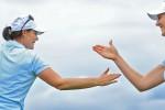 Caroline Masson (l.) und Sandra Gal sitzen bei der Blue Bay LPGA der Führenden im Nacken.