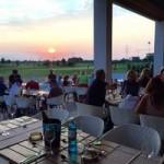 """Die Clubhausterasse des Restaurants """"Nineteen'th"""" befindet sich direkt neben dem sportlichen Schauplatz. (Foto: west-golf.com)"""