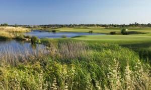 Linkscourse-Charakter, riesige Wasserhindernisse und Pinien - der Oceanico Victoria hat alles zu bieten was das (Golfer)Herz begehrt. Nicht umsonst toben sich hier auch die Profis Jahr für Jahr aus. (Foto: oceanicogolf.com)